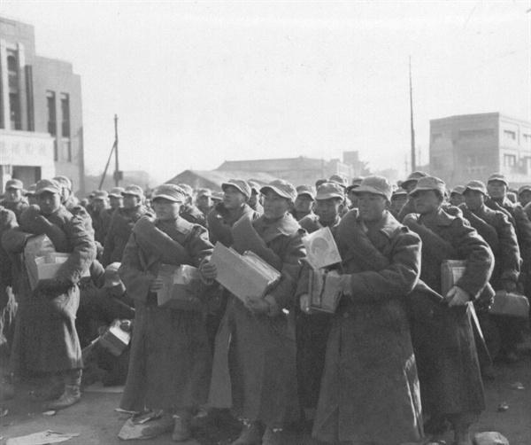 대구, 훈련소에서 갓 나온 신병들이 전방으로 떠나고자 대구역 광장에 집결하고 있다(1950. 12. 18.).