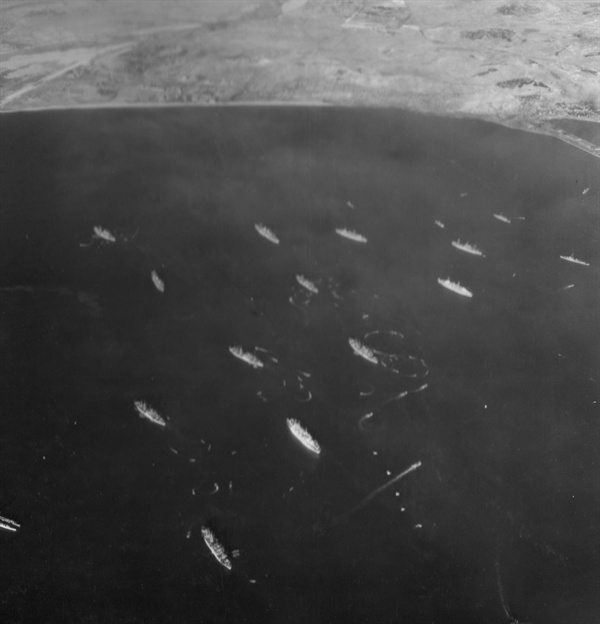 흥남철수작전에 동원된 함정들이 흥남 앞바다를 메우고 있다(1950. 12. 24.).