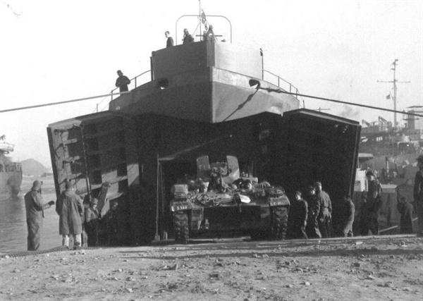 해군 수송선이 흥남에서 전차를 실어 부산항에 하역하고 있다(1950. 12. 26.).