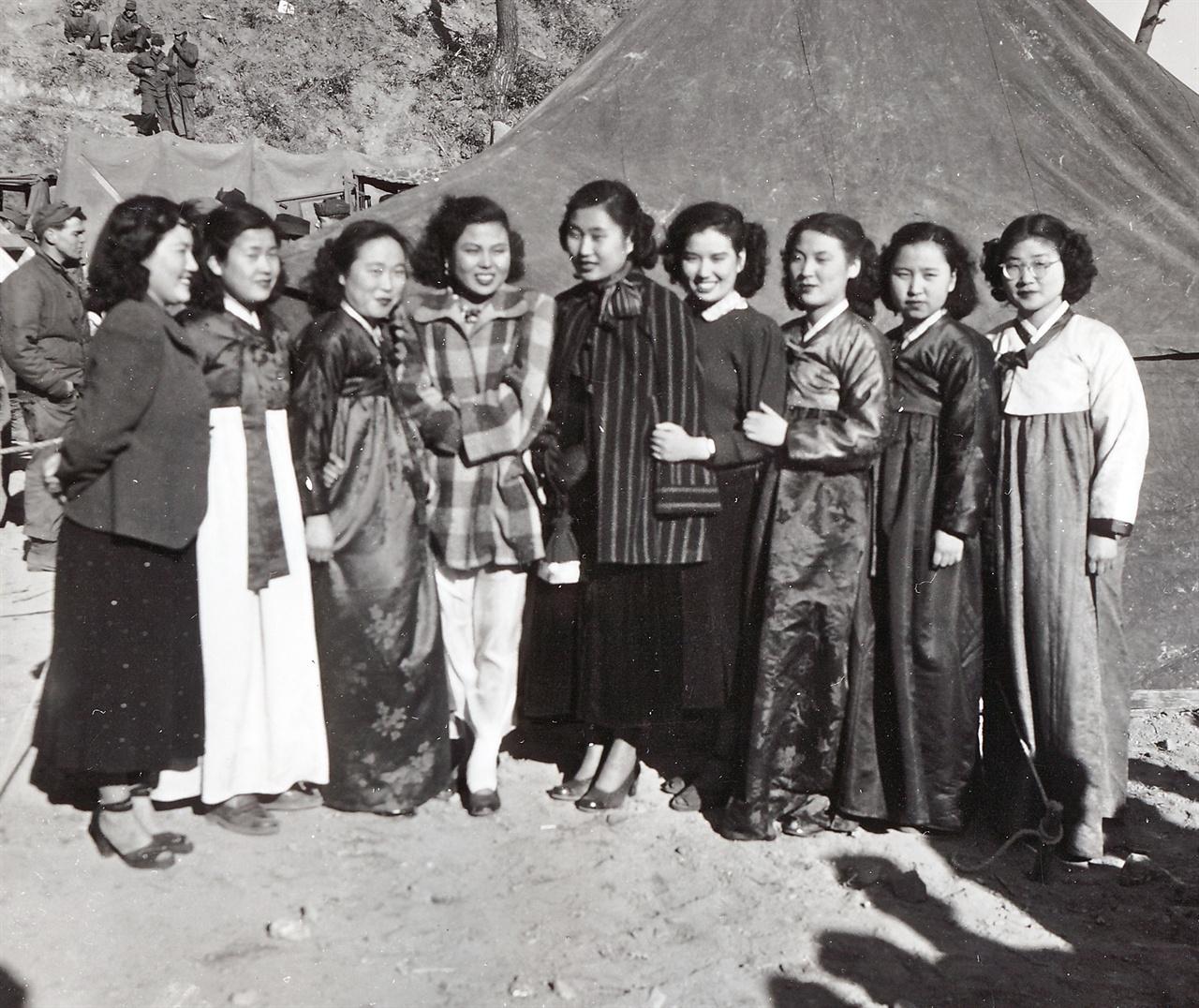 J. W. Helms, Jr. 하사가 찍은 사진 한국인 위문단(1950. 12. 27.).