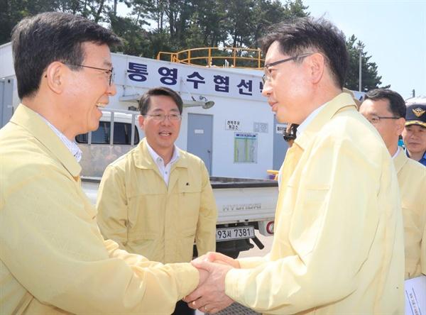 문성형 해양수산부 장관과 김경수 경남지사 등이 11일 통영을 찾아 적조 발생 상황을  점검했다.