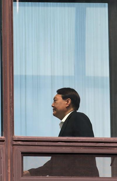윤석열 검찰총장이 11일 점심 식사를 위해 서울 서초구 대검찰청 구내식당으로 향하고 있다.