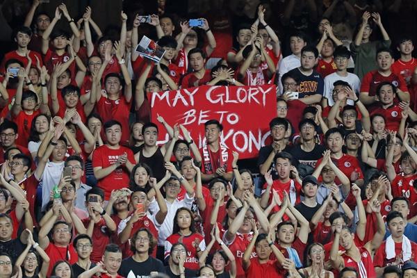 '송환법 반대' 시위 주제가 부르는 홍콩 관중들 2019년 9월 10일 홍콩 경기장에서 홍콩팀과 이란팀의 2022 월드컵 축구경기 예선전이 시작되기 전 중국 국가인 '의용군행진곡'이 연주되자 관람석의 축구팬들이 '범죄인 인도 법안'(송환법) 반대 시위의 주제가로 일컬어지는 노래 '홍콩에 영광을'(Glory to Hong Kong)'을 부르고 있다.