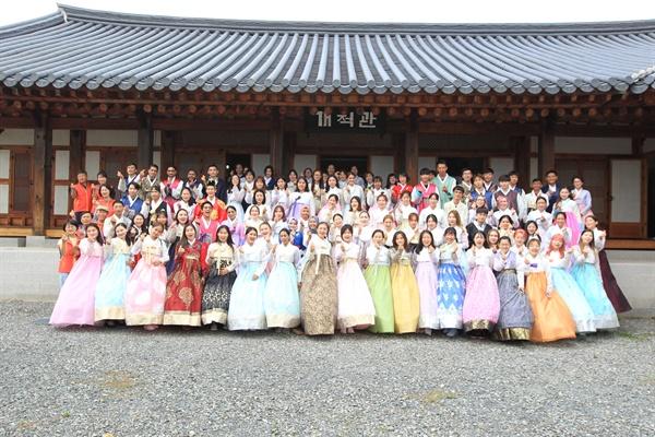 에나시티협동조합은 9월 11일 오후 경상대학교 예절교육관에서 외국인 유학생 120여 명이 참여한 가운데 '유학생을 위한 한복문화 체험' 행사를 개최했다. 외국인 유학생들이 한복을 입고 환하게 웃으며 기념촬영을 하고 있다.