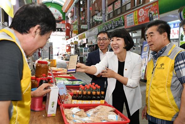 창원 도계시장을 찾은 김지수 경남도의회 의장.