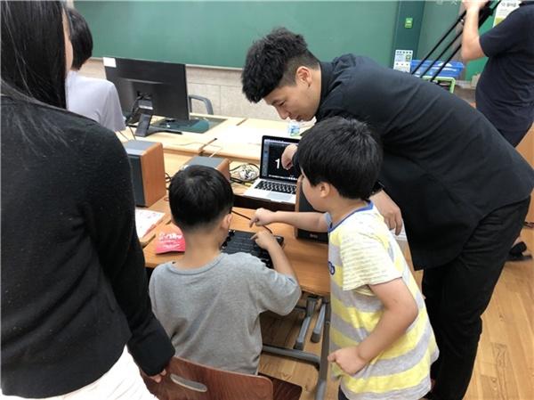 지난 8월 29일 제천 청풍 초·중등학교에서 열린 '신나는 예~!스라밸' 프로그램 <k-pop 체험> 모습. ⓒ 강지연
