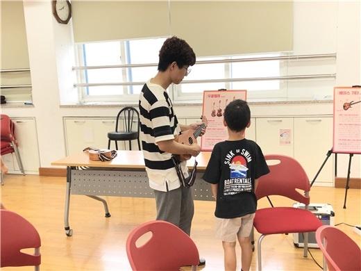 지난 8월 29일 제천 청풍 초·중등학교에서 열린'신나는 예~!스라밸' 프로그램 <밴드악기 체험> 모습. ⓒ 조하나