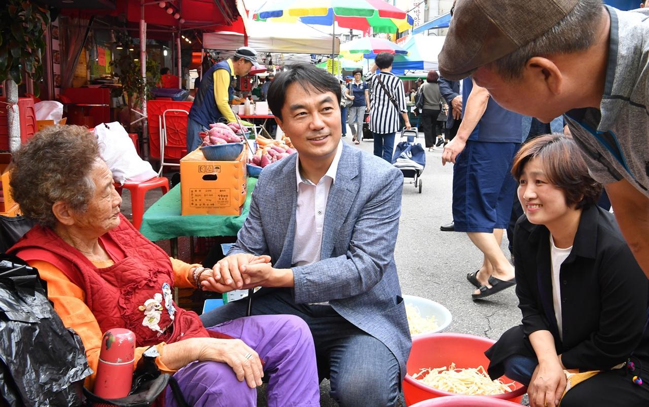 한가위를 맞아 전통시장을 찾은 김상호 하남시장