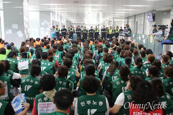 도로공사 수납원 노동자들이 11일 김천 본사에서 사흘째 농성을 벌이고 있다.