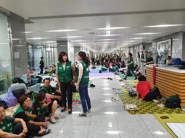 11일 경북 김천의 한국도로공사 본사 건물에서 직접고용을 요구하며 농성중인 고속도로 요금 수납원들.