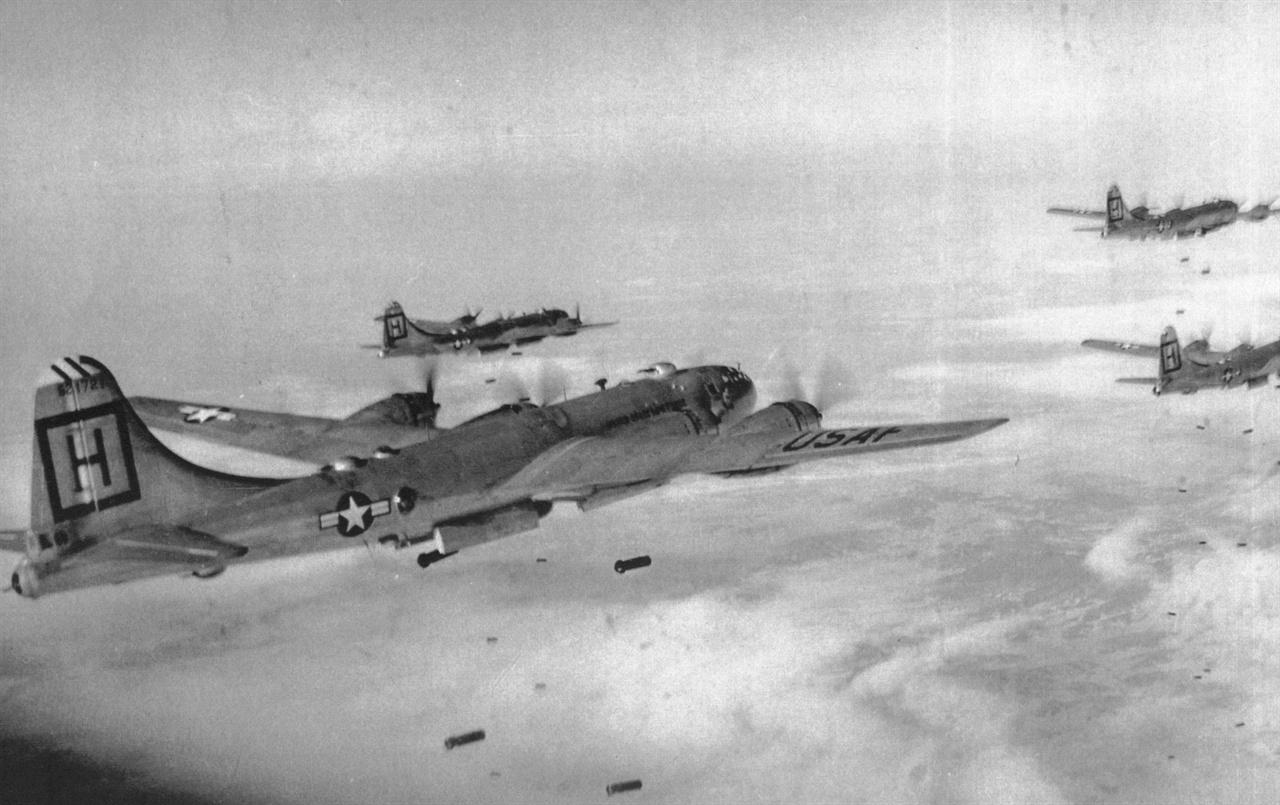 미 공군 폭격기들이 북한 진지에 폭탄을 떨어뜨리고 있다(1951. 1. 26.).