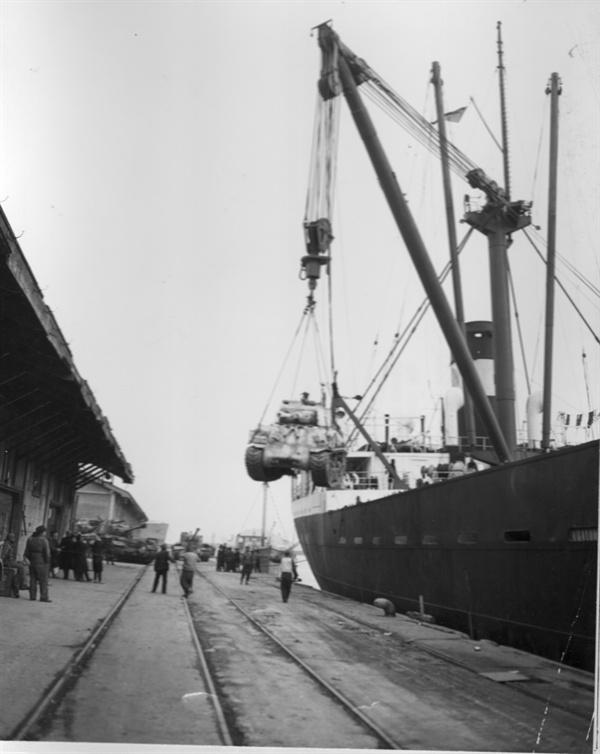 부산, 흥남철수작전에서 실은 탱크가 부두에 내려지고 있다(1951. 1. 18.).