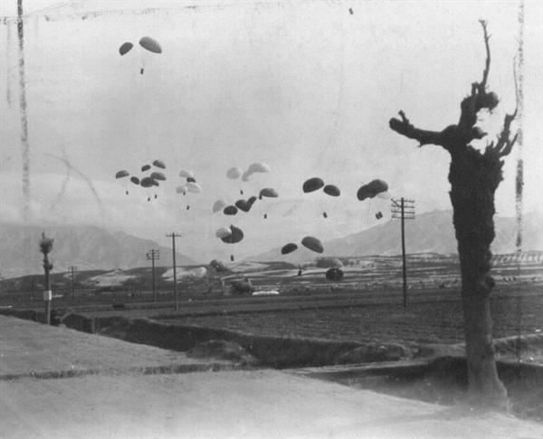 일본에서 날아온 수송기가 가솔린 통을 낙하산으로 떨어뜨리고 있다(1951. 1. 25.).