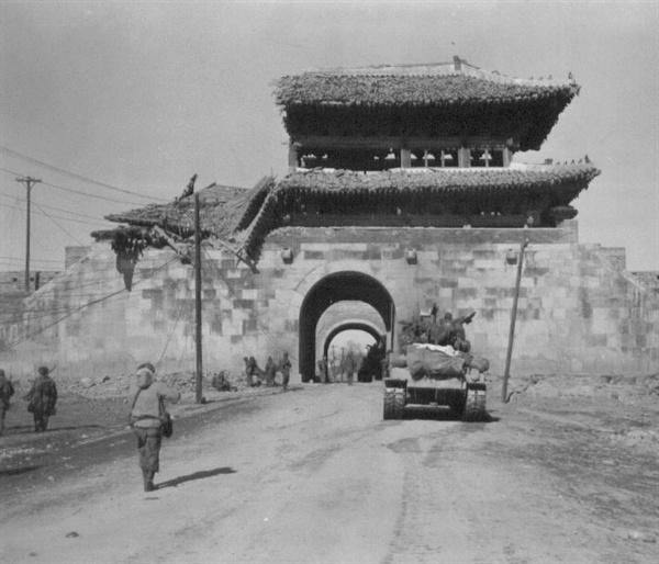 수원의 한 성문, 전란으로 반파되었다(1951. 1. 25.).