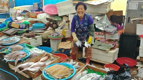 환한 미소가 아름다운 여수 교동시장 생선가게 할머니다.