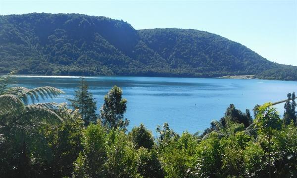 산책로를 걸으며 다른 각도에서 본 호수(Blue Lake)