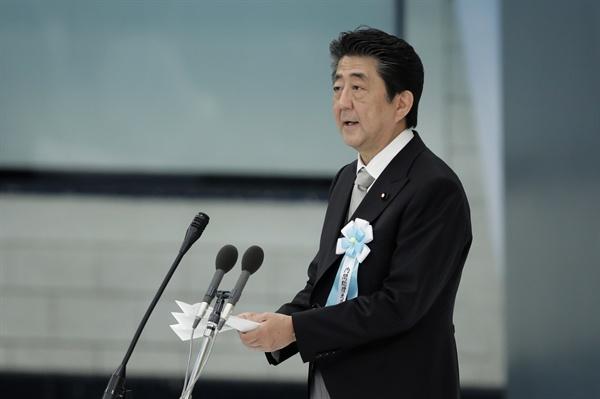 지난 8월 15일 일본 도쿄의 '닛폰부도칸'(日本武道館)에서 열린 태평양전쟁 종전 74주년 '전국 전몰자 추도식'에서 아베 신조(安倍晋三) 총리가 기념사를 하고 있는 모습.
