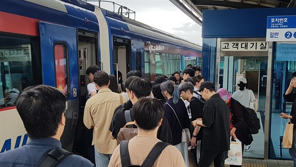 홍성역에도 시간이 지날수록 고향을 찾는 귀성객들의 모습이 늘어나고 있다. 오후 2시가 지나면서부터 홍성역에는 서울에서 출발한 열차들이 30분 간격으로 도착하고 있다. 열차를 타고 내리는 귀성객들의 마음은 이미 고향에 가있다. .