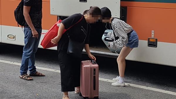 고향을 찾는 귀성객들의 모습은 버스터미널에서도 볼 수 있었다. 이날 오후 1시경 홍성 버스터미널에도 많은 귀성객이 선물을 들고 도착하는 모습과 마중 나온 가족들의 모습이 보였다.