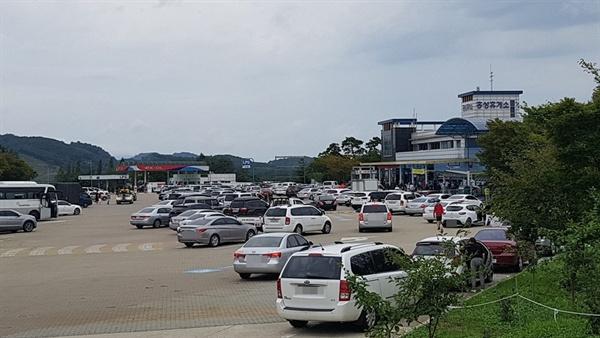 추석연휴 첫날인 12일 서해안고속도로 하행선 홍성휴게소에는, 고향을 찾는 귀성객들의 차들로 주차장이 가득 차있다.