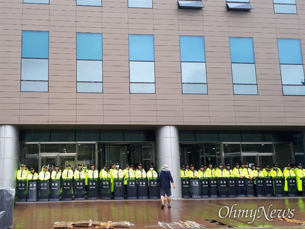 9월 12일 고속도로 요금소 수납원들이 직접 고용을 요구하며 한국도로공사 건물 2층에서 나흘째 농성하고 있는 가운데, 경찰이 배치되어 있다.