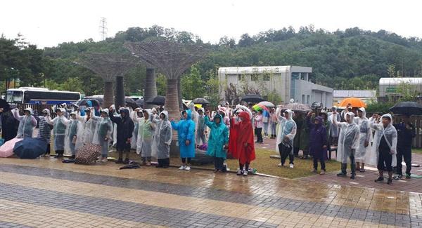 9월 12일 고속도로 요금소 수납원들이 직접 고용을 요구하며 한국도로공사 건물 2층에서 나흘째 농성하고 있는 가운데, 이날 오후 도로공사 건물 앞에서 집회가 열렸다.