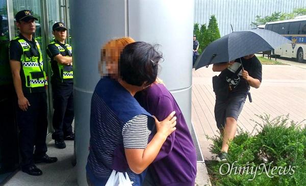 9월 12일 고속도로 요금소 수납원들이 직접 고용을 요구하며 한국도로공사 건물 2층에서 나흘째 농성하고 있는 가운데, 추석을 앞두고 가족들이 찾아와 서로 격려하고 있다.