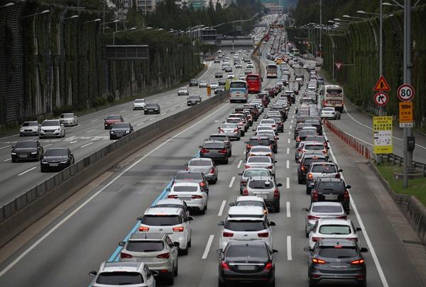 추석 연휴 첫날인 12일 서울 서초구 잠원IC 인근 경부고속도로 하행선에 차들이 줄지어 이동하고 있다.