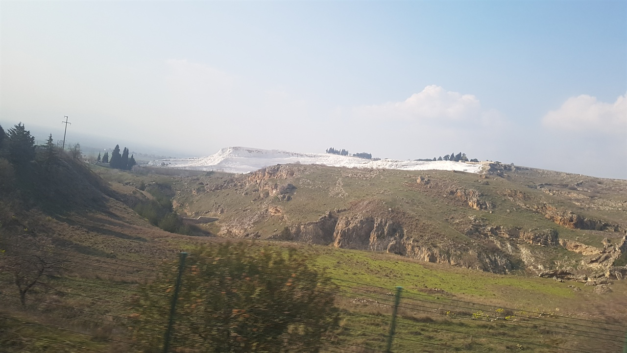 멀리서 보면 하얀 설산 같기도 한 파묵칼레. '목화의 성'이라는 뜻으로 오랜 기간 형성된 석회층 언덕입니다.
