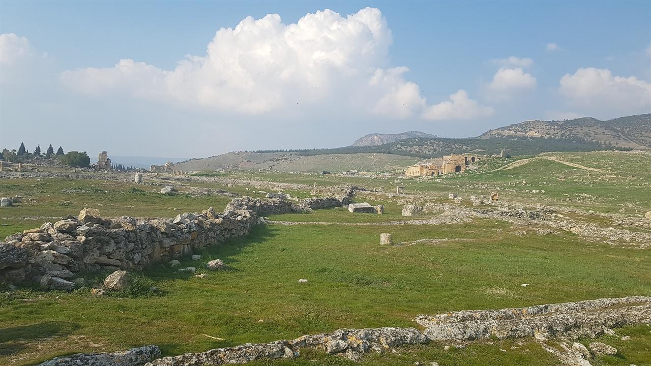 고대 페르가몬 왕국과 로마제국에 속해 10만여 인구가 살았던 고대도시, 히에라폴리스는 1354년 대지진으로 폐허로 변하였습니다.