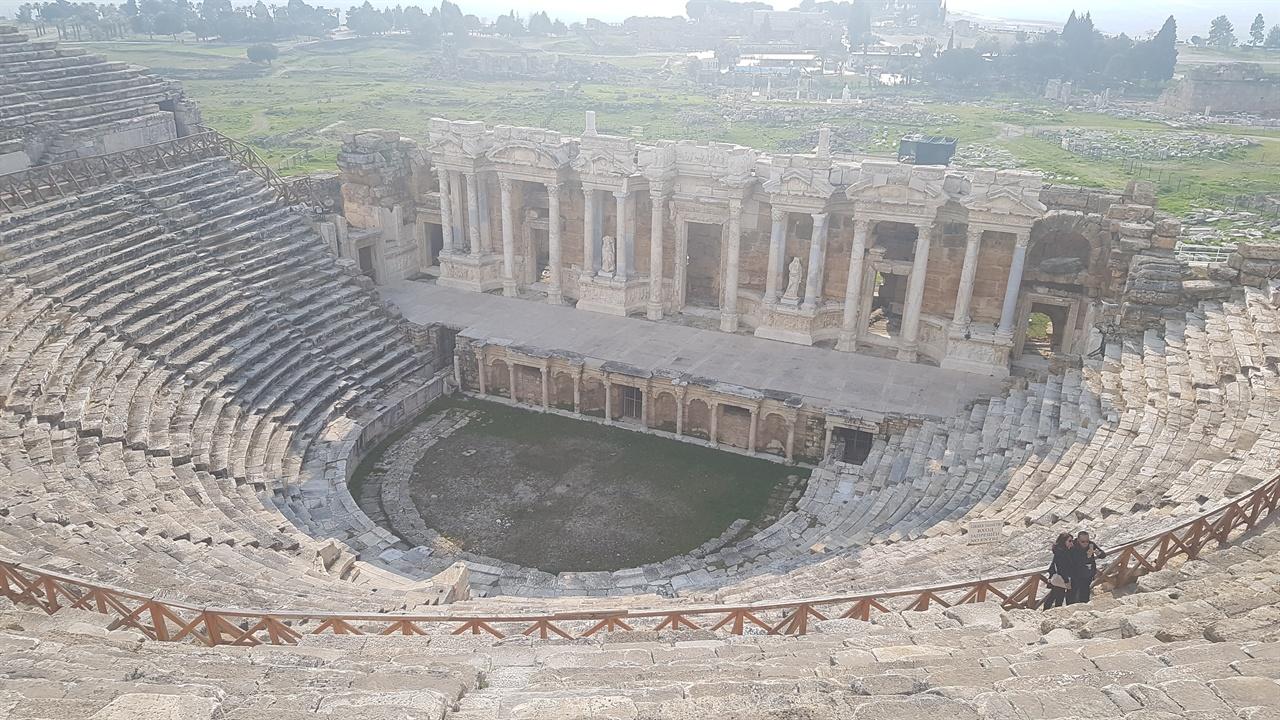 최대 1만5천명을 수용할 수 있었던 히에라폴리스의 원형극장. 잦은 지진에도 극장만큼은 원형을 유지하고 있습니다. 확성기가 없어도 의사전달이 가능하도록 설계되었다는 사실이 놀랍습니다.