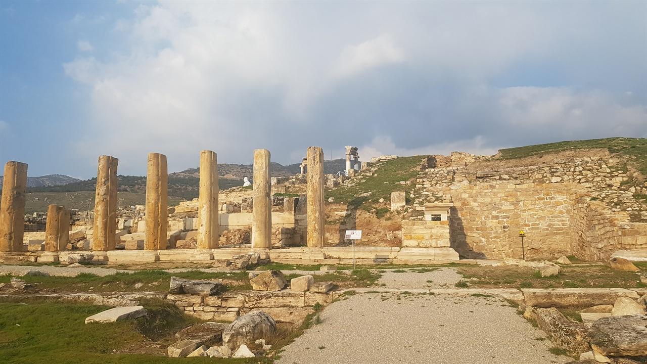지진으로 파묻혔던 고대도시 히에라폴리스! 역사의 영광은 자연의 재앙 앞에 무참히 쓰러졌습니다. 장엄했을 아폴로 신전의 기둥들은 쓰러진 채 말없이 자리를 지키고 있습니다.