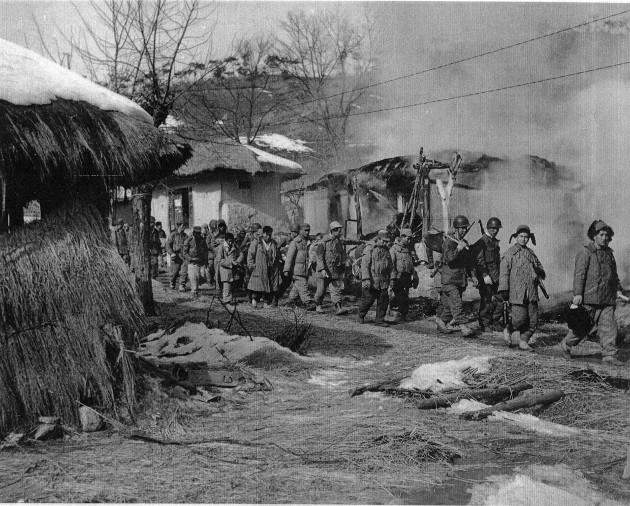 강원도 횡성, 유엔군이 원주 북쪽 안흥리 마을을 지나고 있다(1951. 2. 5.).