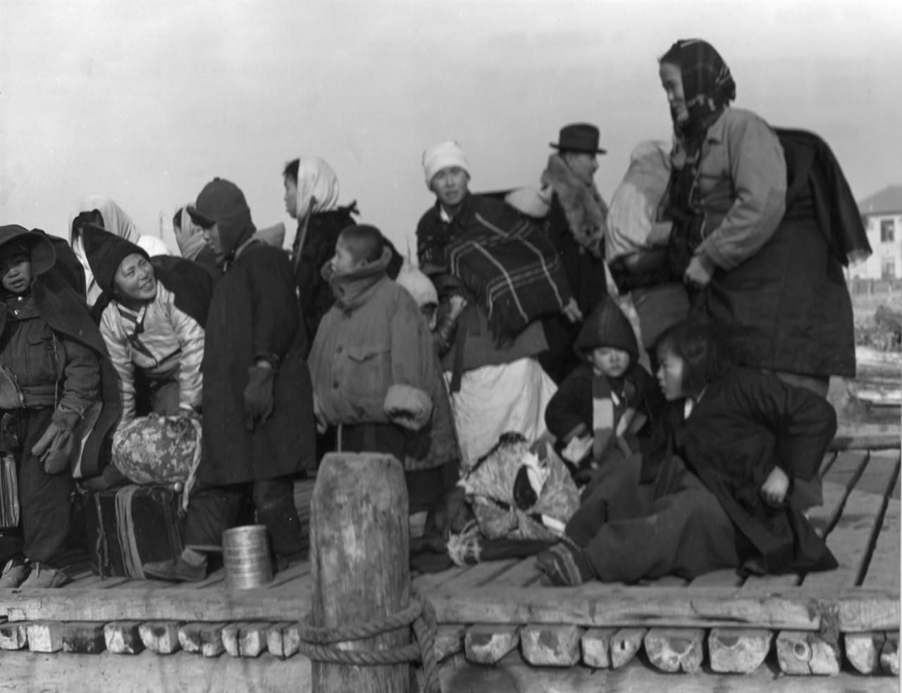 부산에서 남해안 섬으로 가는 배를 기다리는 피란민들(1951. 2. 8.).