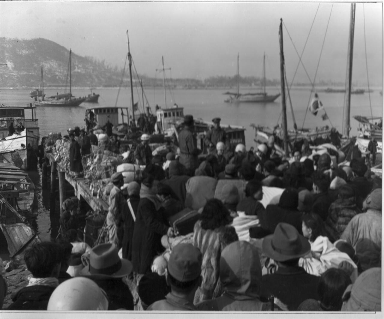 부산에서 배를 기다리는 피란민들(1951. 2. 8.).
