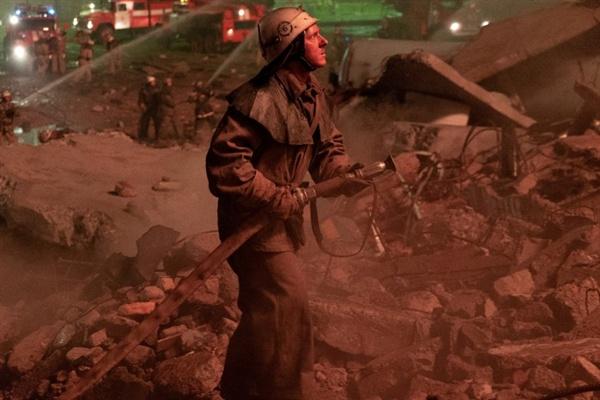 미국 드라마 <체르노빌>의 스틸컷. 체르노빌 원전 사고 당일 아무 정보 없이 출동한 소방관들은 영문도 모른 채 죽음의 길로 들어선다