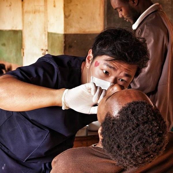 마을 의료봉사중. 아프리카 말라위 한 마을에서 의료봉사를 하고있다.