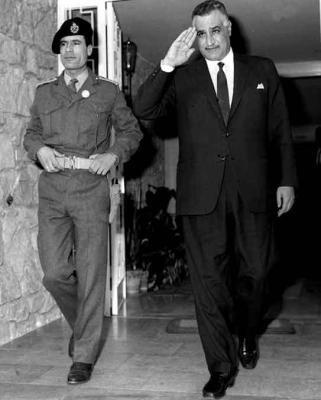 1969년 쿠데타 당시의 카다피(왼쪽).