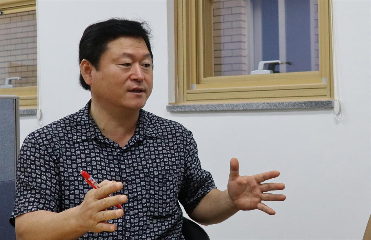 미래 계획을 설명하는 김부식 관장