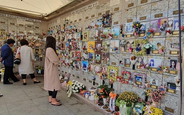 세월호 희생자가 잠들어 있는 남골당 13일 오후 최대 명절 추석 한가위도 경기 안산 하늘공원 묘지에는 세월호 희생자들을  기리는 추모객들의 발길이 이어졌다.