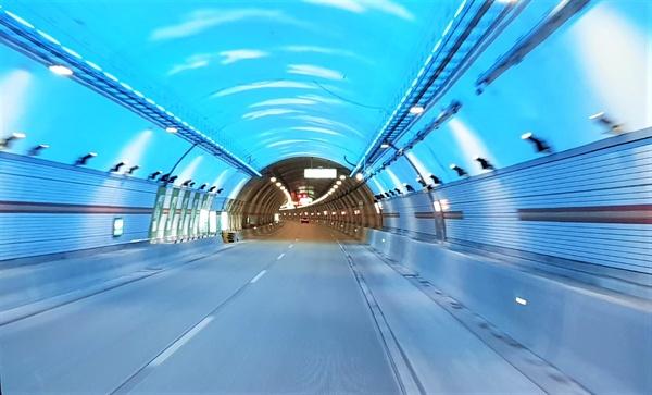 국내 최장터널인 인제양양터널에는 터널 곳곳에 구름과 무지개 모습의 조명이 마련되어있다.