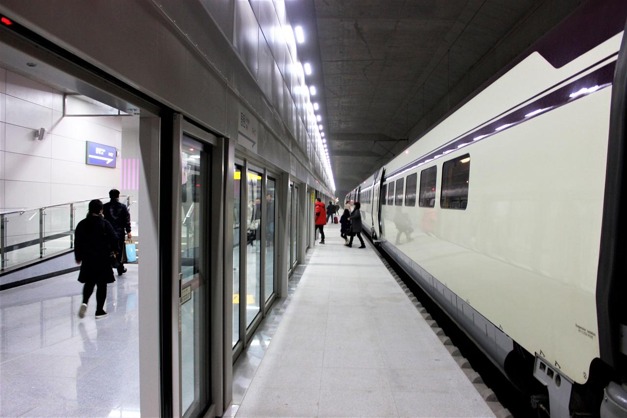 국내 최장 길이의 터널인 율현터널 한 가운데에 위치한 동탄역.