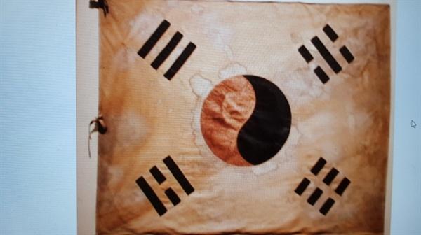 봉오동 전투 당시 독립군 부대의 피 묻은 태극기(1920) 1920년 6월 독립군 부대가 일본군을 대패시킬 때 썼던 깃발(독립기념관 소장)