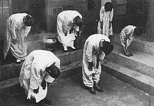 궁성요배를 강요당한 조선사회  일본 제국주의자들은 일본 왕이 살고 있는 동쪽을 향해 허리를 굽혀 숭배하도록 궁성요배를 강제했다