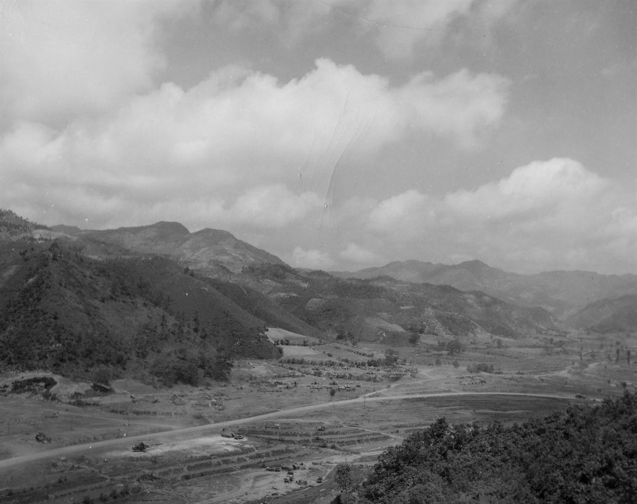 강원도 홍천~인제간 국도 언저리 산하(1951. 5, 28.).