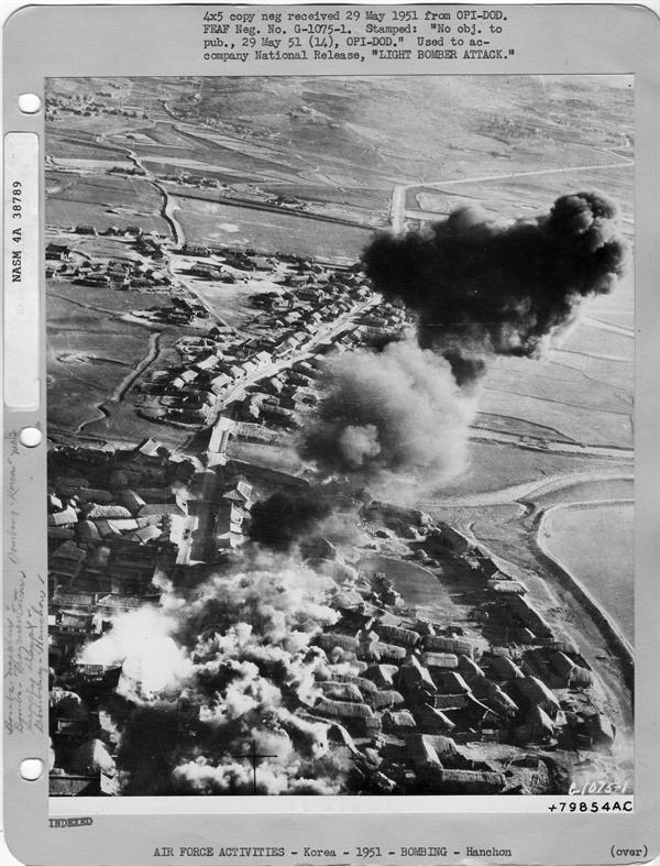 북한의 한 마을이 폭격으로 불타고 있다(1951. 5. 29.).