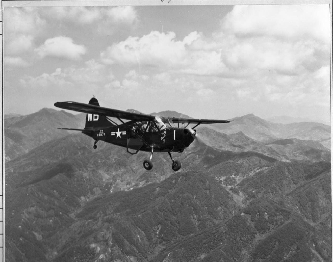 미 정찰기 한 대가 적진을 살피고자 날아가고 있다(1951. 6. 1.).