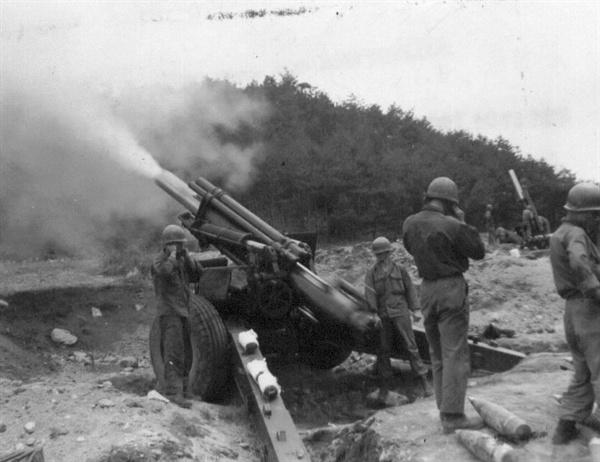 유엔군이 적 진지를 향해 105mm 곡사포를 맹렬히 발사하고 있다(1951. 6. 3.).