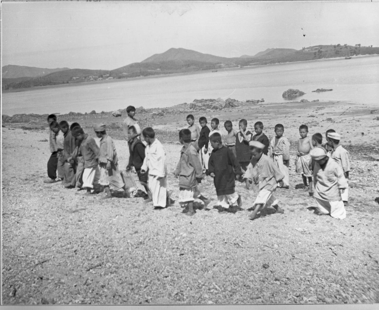 인천, 미 해군 함대에서 보호하고 전쟁고아들(1951. 6. 6.).
