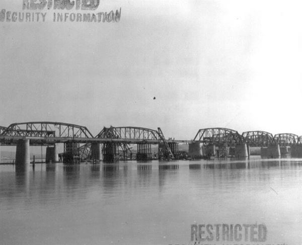 한강 철교 복구공사가 한창 중이다(1951. 6. 6. ).
